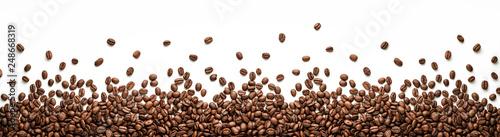 Panoramiczne ziarna kawy granicy na białym tle na białym tle z miejsca kopiowania
