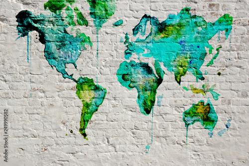 Projekt tapety 3D z białym murem i mapą świata na fresku
