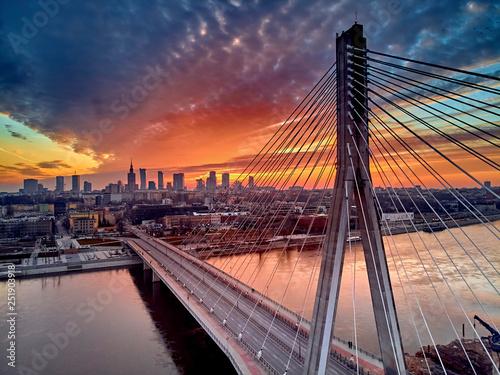 Piękny panoramiczny widok z drona z lotu ptaka do centrum Warszawy z drapaczami chmur i Mostem Świętokrzyskim (En: Holy Cross Bridge) - to most wantowy nad Wisłą w Warszawie