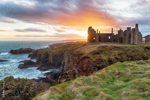 Zamek Slains o zachodzie słońca