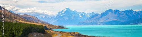 Wspina się kucbarskiego widoku punkt z jeziornym pukaki i drogą prowadzi wspinać się kucbarską wioskę widoku punkt z jeziornym pukaki i drogą prowadzi wspinać się kucbarską wioskę w Południowej wyspie Nowa Zelandia.