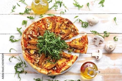 Włoska pizza z warzywami i rukolą.
