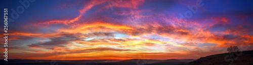 Panorama kolorowy wspaniały zmierzch w wsi nad wzgórza i pola, piękno natury tło