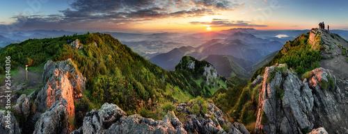 Górska dolina podczas wschodu słońca. Naturalny krajobraz lato na Słowacji