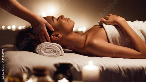 Dziewczyna ma masaż i cieszy się aromat terapię w zdroju