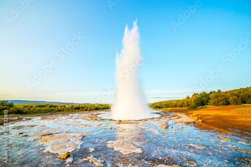 Krajobraz z Geysir, jedną z największych atrakcji Islandii