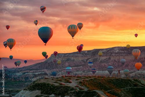 Gorące powietrze balony lata wycieczkę turysyczną nad górami kształtują teren wiosny sunrice Cappadocia, Goreme na wolnym powietrzu Muzealny park narodowy, Indyczy natury tło.