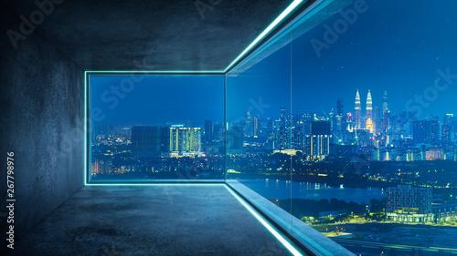 Pusty loft nieumeblowane współczesne biuro wewnętrzne z panoramą miasta i miasto budynków ze szklanego okna.