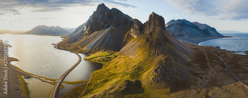 malownicza droga na Islandii, piękna przyroda krajobraz antenowa panorama, góry i wybrzeże o zachodzie słońca