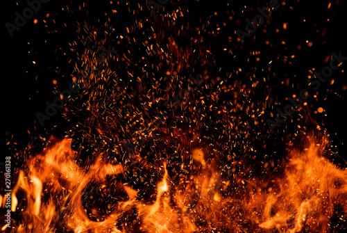 Szczegół ogień iskry odizolowywać na czarnym tle