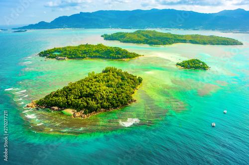 Widok z lotu ptaka na tropikalną wyspę Mahe i piękne laguny