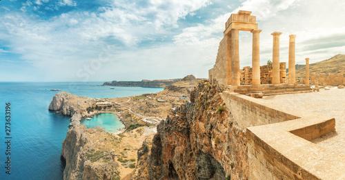 Słynna atrakcja turystyczna - Akropol w Lindos. Starożytna architektura Grecji. Cele podróży na wyspie Rodos