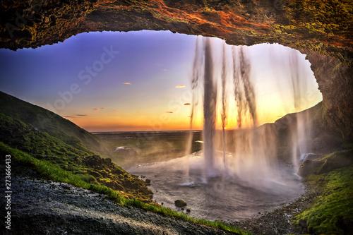 Seljalandsfoss zza wnętrza jaskini, Islandia