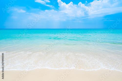 Czysta i piękna biała plaża w południowej Tajlandii