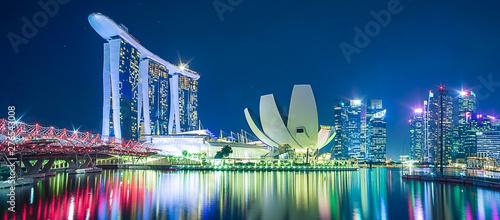 Panorama miasta Singapur. piękny biznes nowoczesny budynek drapacz chmur wokół zatoki Marina w nocy. punkt orientacyjny i popularny wśród atrakcji turystycznych: Singapur, 9 maja 2019 r