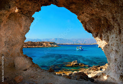 Zdjęcie z Koufonisi, jednej z dwóch małych, niezamieszkanych wysp, które można znaleźć w pobliżu Ierapetra, na południe od Krety, w Grecji