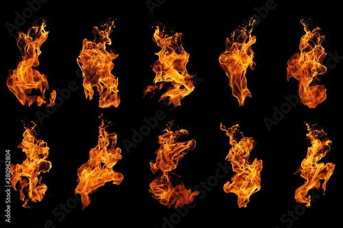 Kolekcja płomieni ognia na białym na czarnym tle, ruch płomieni ognia