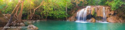 Piękna siklawa przy Erawan parkiem narodowym, Tajlandia