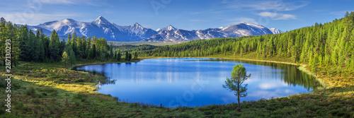 Górski krajobraz, jezioro i pasmo górskie, duża panorama, Ałtaj