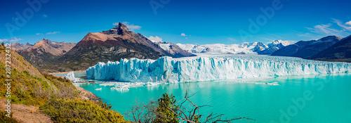 Panoramiczny widok na gigantyczny lodowiec Perito Moreno, jego język i lagunę w Patagonii w złotej jesieni, Argentyna