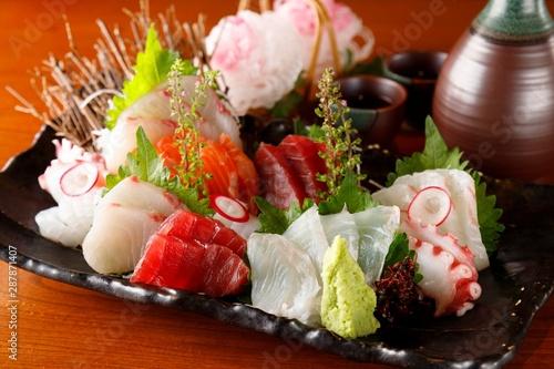 Japońskie jedzenie pokrojone w surowe ryby Sashimi 刺身