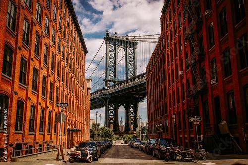Manhattan most widzieć od Waszyngtońskiej ulicy w Brooklyn ulicie w perspektywie