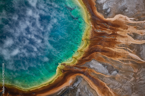 Widok z lotu ptaka Uroczysta graniastosłupowa wiosna w Yellowstone parku narodowym, usa