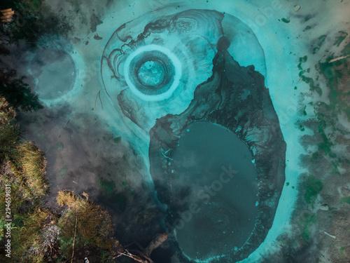 Piękne jezioro Gejzer (niebieski, srebrny) ze źródłami termalnymi, które okresowo wyrzucają z ziemi niebieską glinę i muł. Widok z lotu ptaka drona. Aktash, Ałtaj, Rosja
