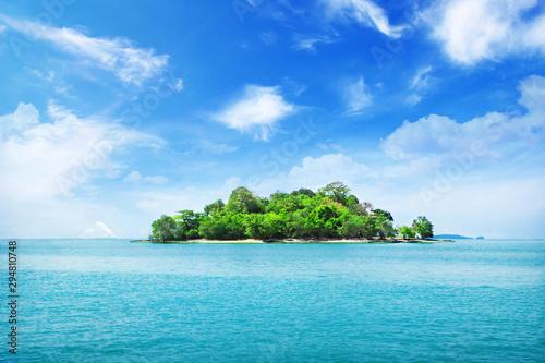 Tropikalna wyspa i chmury