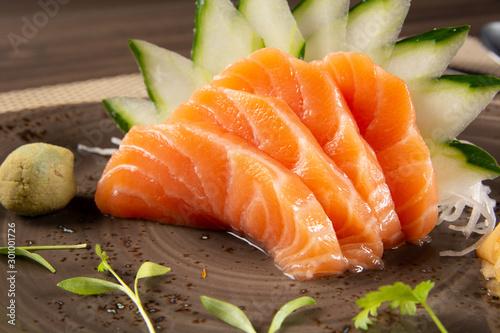 Sashimi z łososia z zieloną dekoracją. Japońskie jedzenie.
