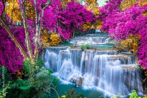 Niesamowity charakter, piękny wodospad w kolorowym lesie jesienią w sezonie jesiennym