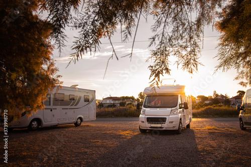 Kamper o wschodzie słońca – autocamper