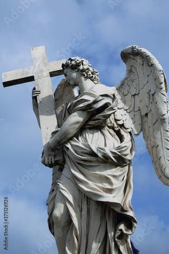 Figura anioła z krzyżem na moście anioła w Rzymie