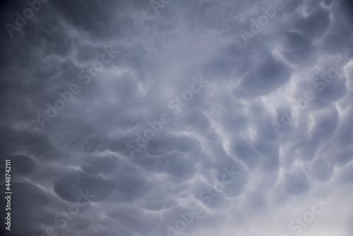 Lato oprócz pięknej, ciepłej pogody przynosi również za sobą zagrożenia ze strony gwałtownych zjawisk pogodowych.