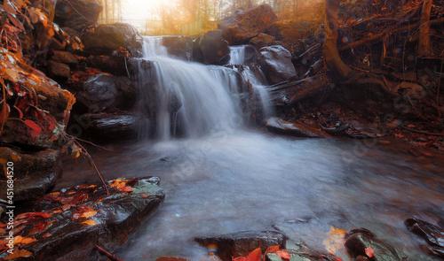 Wodospad jesienny pejzaż