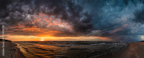 panorama wybrzeża Morza Bałtyckiego wieczorem po burzy podczas zachodu słońca na plaży