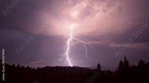 Wyładowanie atmosferyczne na nocnym niebie