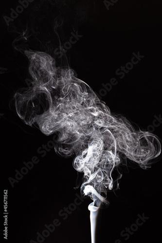 Spiralny dym na czarnym tle