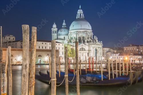 Gondole na kanale w Wenecji