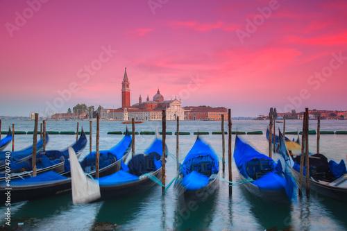 Wenecja, łodzie, zachód słońca