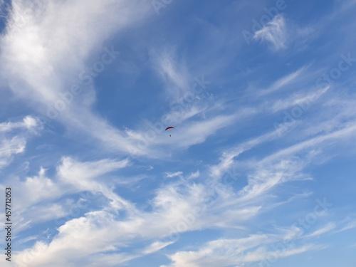 Spadochroniarz na tle błękitnego nieba
