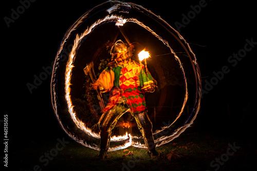 Nocny rycerz w blasku ognia pochodni